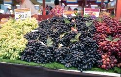 Uvas vendidas en el mercado imagen de archivo libre de regalías