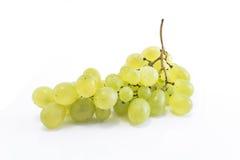 Uvas verdes aisladas en blanco Foto de archivo libre de regalías