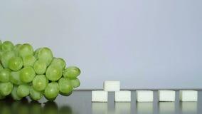 Uvas verdes e açúcar branco filme