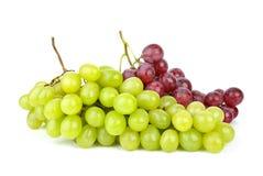 Uvas verdes e cor-de-rosa isoladas sobre Fotos de Stock