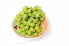 Uvas verdes em uma bacia Foto de Stock