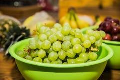 Uvas verdes em uma tabela de madeira foto de stock