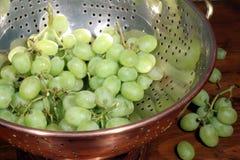 Uvas verdes en colador Imagen de archivo