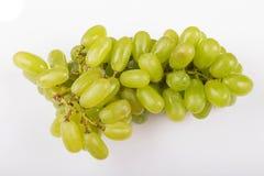 Uvas verdes en el fondo blanco imagenes de archivo