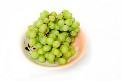 Uvas verdes en un tazón de fuente Foto de archivo