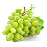 Uvas verdes frescas con las hojas Aislado en blanco Fotografía de archivo