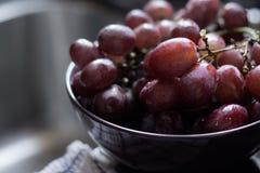 Uvas vermelhas em uma bacia Foto de Stock