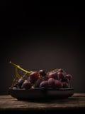 Uvas vermelhas em uma tabela de madeira Fotografia de Stock Royalty Free