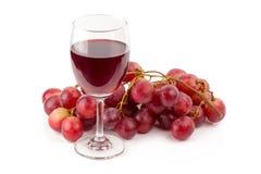 uvas vermelhas frescas e vidros do vinho tinto isolados na parte traseira do branco Imagens de Stock