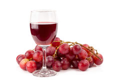 uvas vermelhas frescas e vidros do vinho tinto isolados na parte traseira do branco Fotografia de Stock