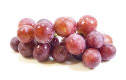 Uvas vermelhas, isoladas no fundo branco Fotos de Stock Royalty Free