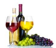 Uvas, vidrios de vino y botellas maduros de vino Imágenes de archivo libres de regalías