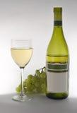 Uvas y botella de vino imágenes de archivo libres de regalías