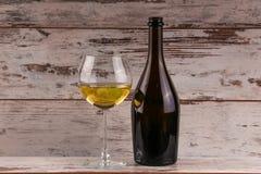 Uvas y dos vidrios del vino blanco Fotografía de archivo