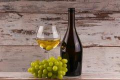 Uvas y dos vidrios del vino blanco Foto de archivo
