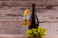 Uvas y dos vidrios del vino blanco Foto de archivo libre de regalías