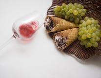 Uvas y galletas Fotografía de archivo libre de regalías