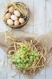 Uvas y huevos orgánicos Fotos de archivo libres de regalías