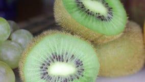 Uvas y kiwi almacen de metraje de vídeo