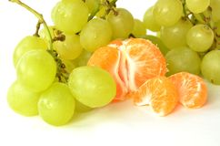 Uvas y mandarina verdes Imagen de archivo libre de regalías