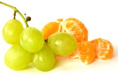 Uvas y mandarina verdes Fotos de archivo libres de regalías