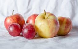 Uvas y manzana de la fruta fresca Foto de archivo libre de regalías
