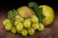 Uvas y manzanas Fotos de archivo libres de regalías