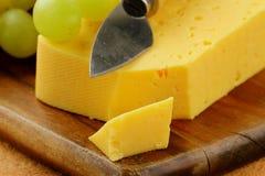 uvas y pedazo de queso Foto de archivo libre de regalías