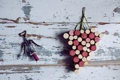 Uvas y sacacorchos de los corchos Fotografía de archivo libre de regalías