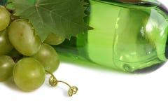 Uvas y una botella de vino Fotografía de archivo libre de regalías
