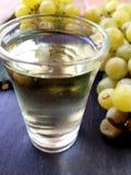 Uvas y vidrio de vino seco Foto de archivo libre de regalías