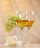 Uvas y vino blanco Fotos de archivo