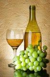 Uvas y vino blanco Foto de archivo