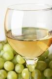 Uvas y vino blanco Foto de archivo libre de regalías