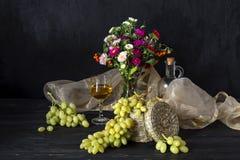 Uvas y vino en un vector de madera Fotografía de archivo libre de regalías