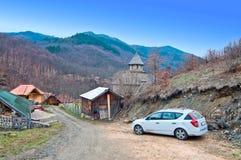 Uvaz修道院和停放的汽车 免版税图库摄影