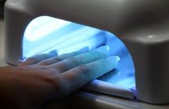 UVlampe für die Befestigung der Plastiknägel Stockfotos