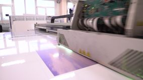 UVprinter De materiaalwerken in de winkel tekeningsbeeld stock videobeelden