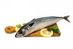 Uwędzona makrela z cytryną i pietruszką na drewnianej desce zdjęcia stock