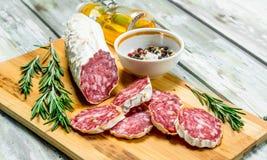 Uwędzony salami z rozmarynami i pikantność obraz stock