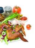 Uwędzeni kurczaków skrzydła, warzywa na białym tle i Obraz Royalty Free