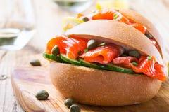 Uwędzona łososiowa babeczki kanapka Zdjęcia Royalty Free
