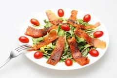 Uwędzona łososiowa sałatka z nakrywał świeżego pomidoru obraz royalty free