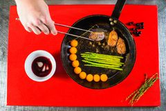 uwędzona kaczki pierś polędwicowa na kulinarnej niecce na czerwonej kulinarnej desce Fotografia Royalty Free