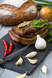 Uwędzona okrasa z warzywami i chlebem na drewnianym tle zdjęcia stock