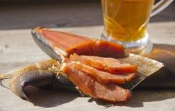 Uwędzona ryba i szkło piwo na drewnianym tle obraz royalty free