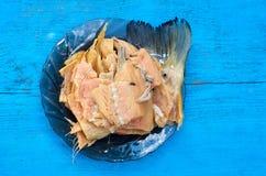 Uwędzona ryba - miękka tradycyjna przekąska dla piwa na drewnianym stole z zamkniętym widokiem Obraz Royalty Free