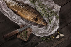 Uwędzona ryba z chleba i adamaszka nożem na drewnianym stole Obraz Stock
