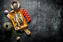 Uwędzona ryba z pikantność, pomidorami i starą dratwą, obrazy royalty free