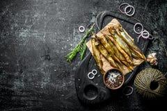 Uwędzona ryba z starą dratwą, pikantność i cebulkowymi pierścionkami, obraz royalty free